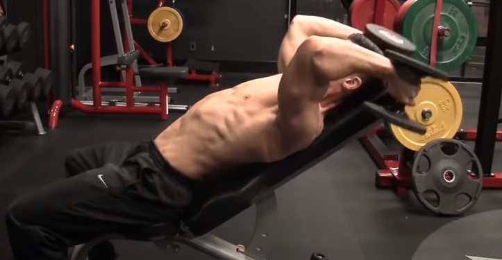mitad-inferior-del-movimiento-ejercicio-triceps-con-mancuerna